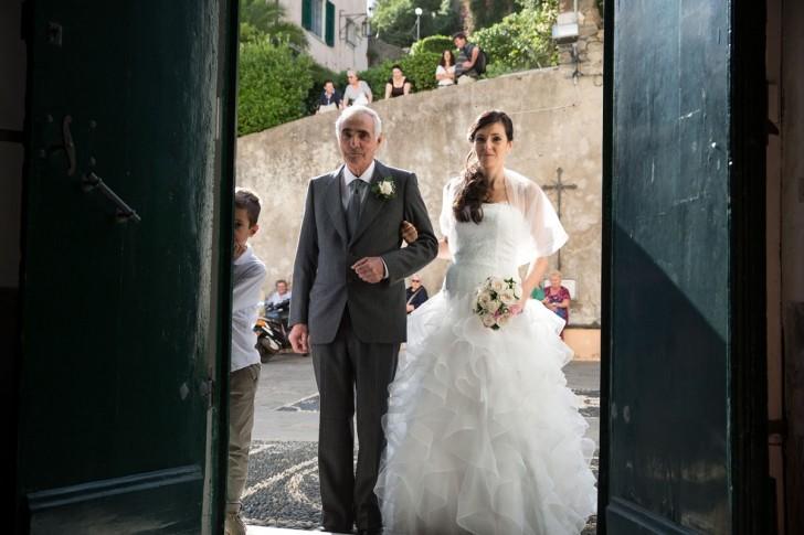 matrimonio-italia-liguria-moneglia-ingresso-sposa-chiesa