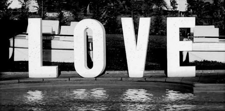 scritta-love-in-legno-verniciato
